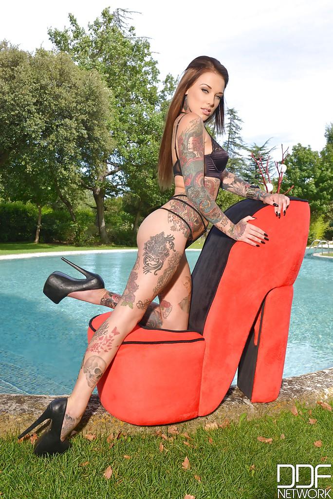 Hot babe with long legs Lauren in an outdoor foot fetish scene